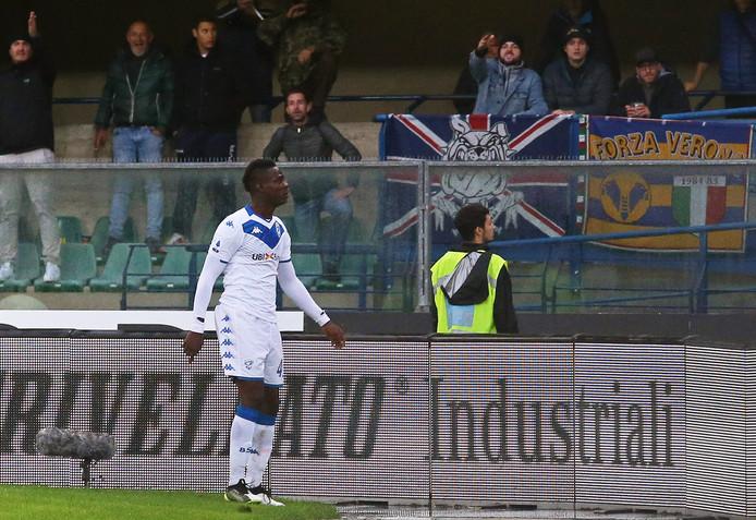 Mario Balotelli reageert op de racistische liedjes van de Verona-fans.