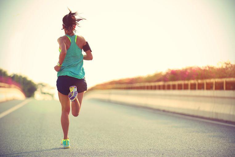 Nu de meeste mensen in tijden van lockdown thuis moeten blijven, gaan velen op zoek naar een gezonde bezigheid zoals lopen. Om een training als beginnende loper vol te houden, heeft personal trainer Tess van Beurden een motiverend trainingsschema uitgewerkt.