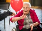 Bornse ouderen volleyballen met ballonnen