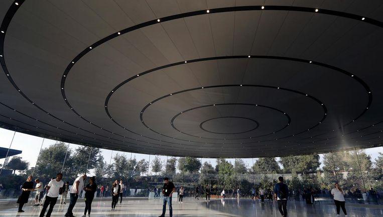Het Steve Jobs Theater op de campus van Apple, in de stad Cupertino in de Amerikaanse staat Californië. Beeld AP