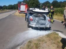 Pas gerenoveerde oldtimer vat vlam bij Weerselo, brandweer redt auto