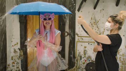 """Lady Gaga en Ariana Grande presenteren weerbericht: """"We zijn doorweekt"""""""