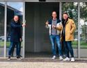 Horecamakelaar Ivo Mermans (links) proost met Pascal de Pon en Bart Verwijmeren (rechts) op de sleuteloverdracht van hun nieuwe horecazaak Family in Breda.