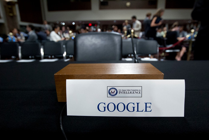 De Senaatscommissie die op 5 september Facebook- en Twitter-topmanagers verhoorde liet om Googles weigering om te komen zichtbaar te maken expres een lege stoel staan.
