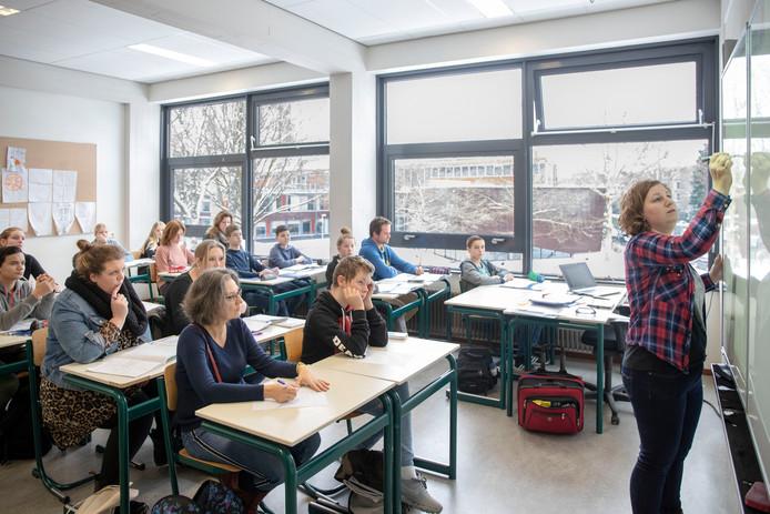 Leerling-wisseldag: ouders zitten naast scholieren in de klas.
