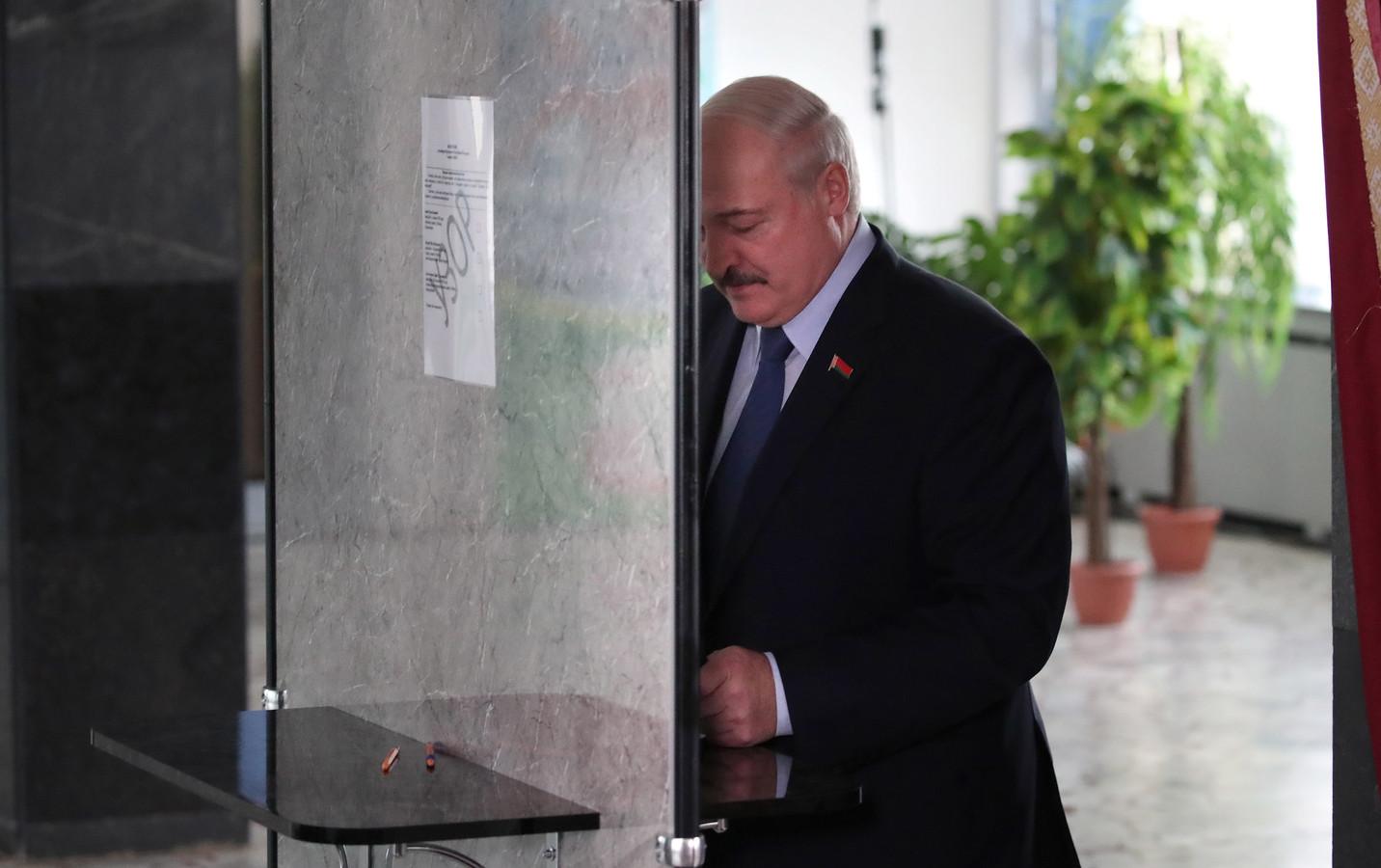 President Aleksandr Loekasjenko brengt zijn stem uit tijdens de verkiezingen in Wit-Rusland.