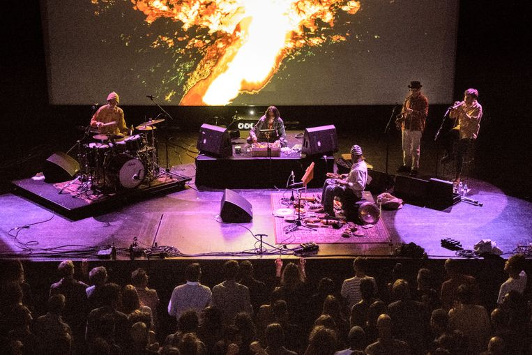 James Holden & The Animal Spirits zaterdagavond op Le Guess Who in het Utrechtse TivoliVredenburg.  Beeld Jelmer de Haas