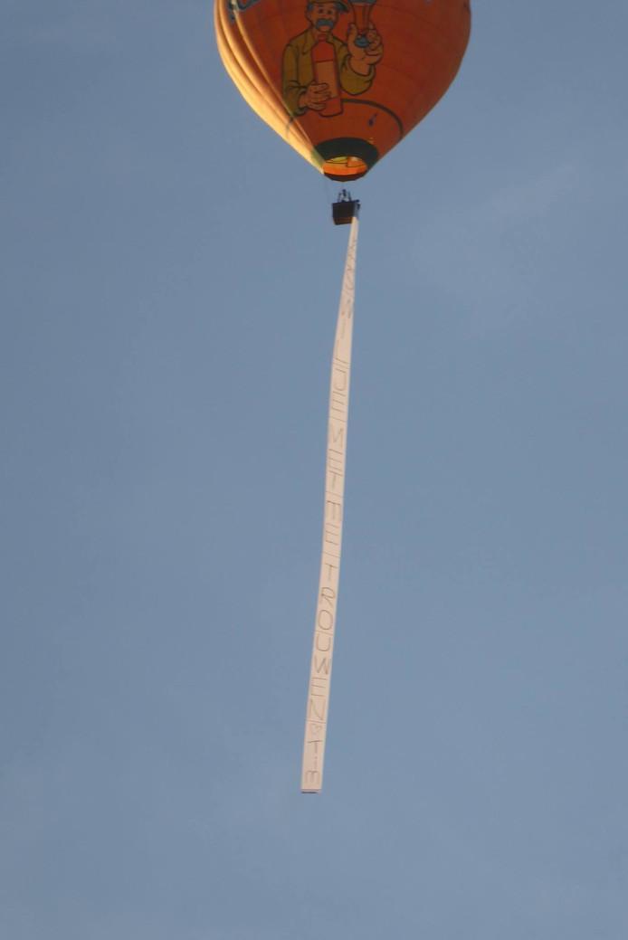 De luchtballon én het huwelijksaanzoek werden gespot boven Hedel.