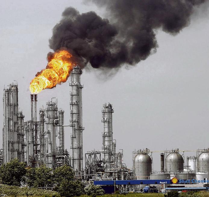 De fakkel van Shell Moerdijk is de komende periode weer goed zichtbaar.