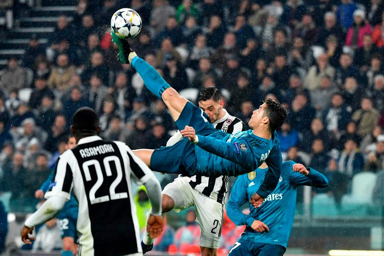 TOPSHOT - Real Madrid's Portuguese forward Cristiano Ronaldo (C) scores during the UEFA Champions League quarter-final first leg football match between Juventus and Real Madrid at the Allianz Stadium in Turin on April 3, 2018. / AFP PHOTO / Alberto PIZZOLI Beeld AFP