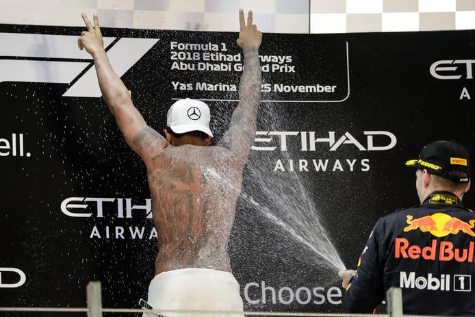 Lewis Hamilton krijgt de volle laag van Max Verstappen.