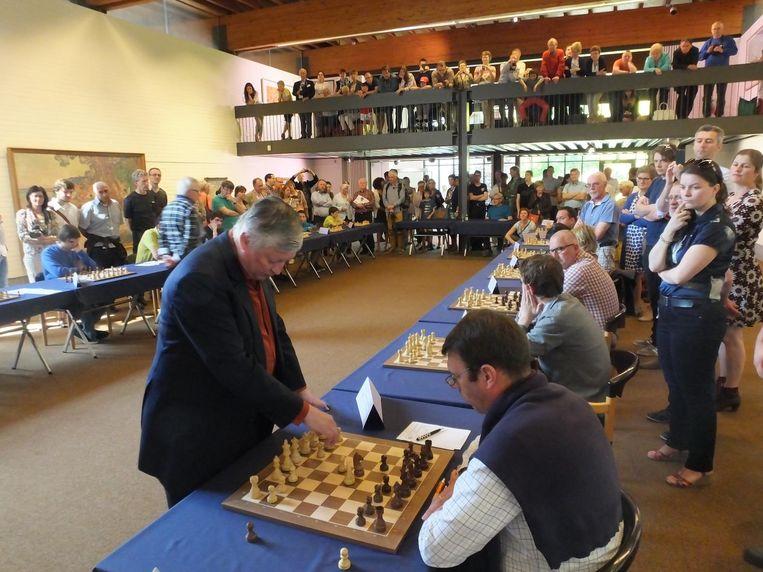 De schakers van Karpov onder grote belangstelling aan het werk, toen in het Museum Van Deinze en de Leiestreek.