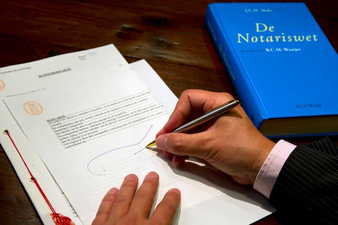 De frauduleuze transacties werden bij een notaris in Neede in een akte vervat. De notaris, die eerder in almelo tot twee jaar cel werd veroordeeld, staat komende week terecht.