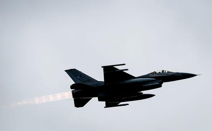 Een F16 die vertrekt vanaf vliegbasis Volkel.