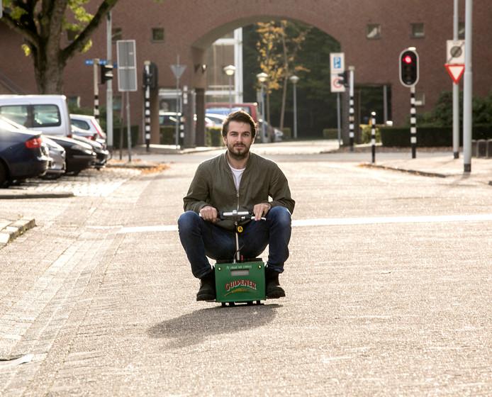 Guido Buntinx op zijn rijdende bierkratje