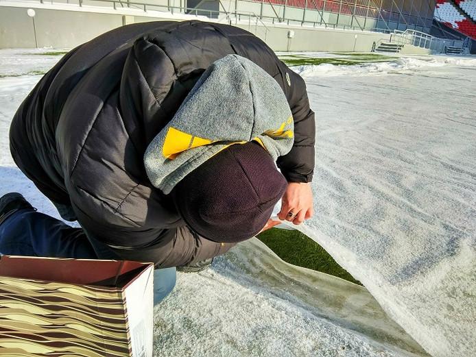 De Kazan Arena is op 20 januari ingezaaid met een mengsel van Veldbeemdgras, Engels raaigras en 4turf. De verwarming in de grond samen met het afdekken van het veld maakte het mogelijk om het gras al te laten kiemen en vestigen bij een buitentemperatuur van -25°C.