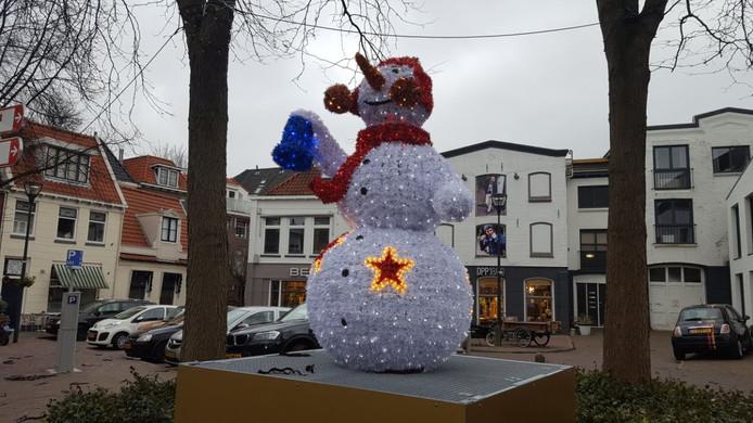 De Zwolse binnenstad is aangekleed met grote lichtgevende objecten.