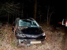 Auto raakt van de weg en rijdt tegen lantaarnpaal bij Mill