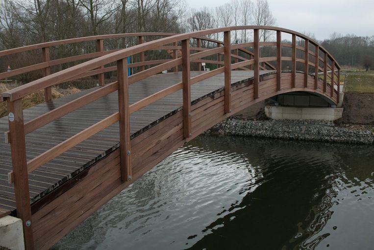 De fietsbrug over de Stekense Vaart krijgt een nieuwe plaats aan de Molenbeek. In de plaats komt er een 'platte' brug.