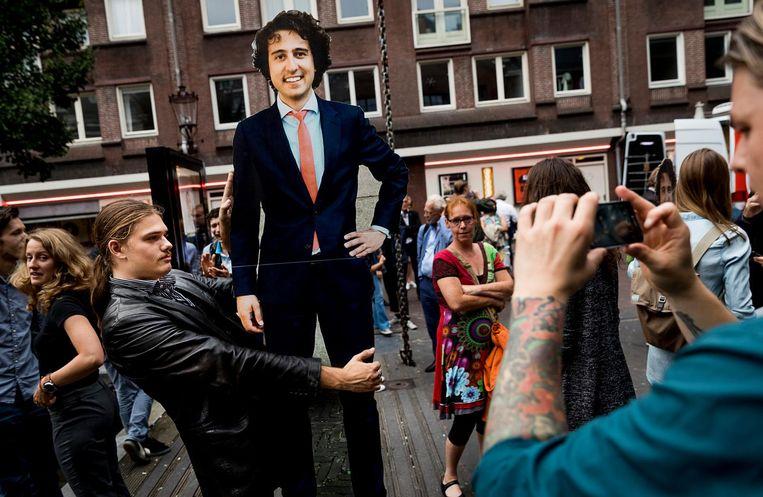 Belangstellenden gaan op de foto met een bord in de vorm van fractievoorzitter Jesse Klaver voorafgaand aan de bekendmaking van het verkiezingsprogramma van GroenLinks. Beeld anp