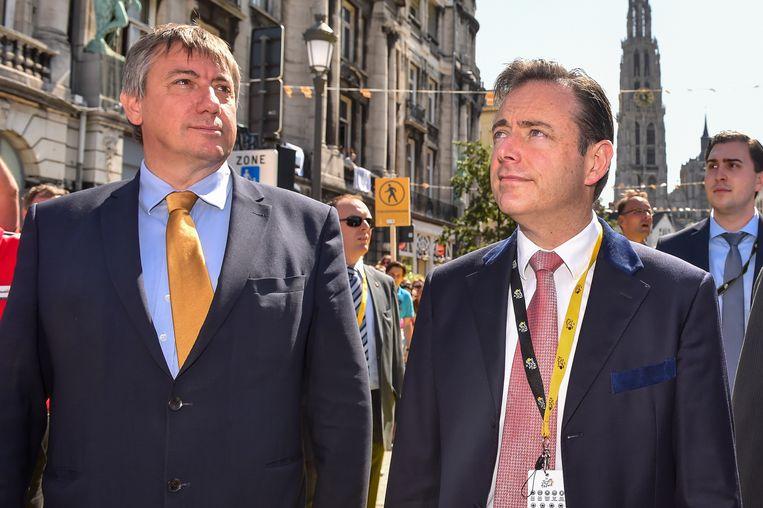 Minister van Binnenlandse Zaken Jan Jambon (l.), die de lijst trekt in Brasshaat, en Bart De Wever.