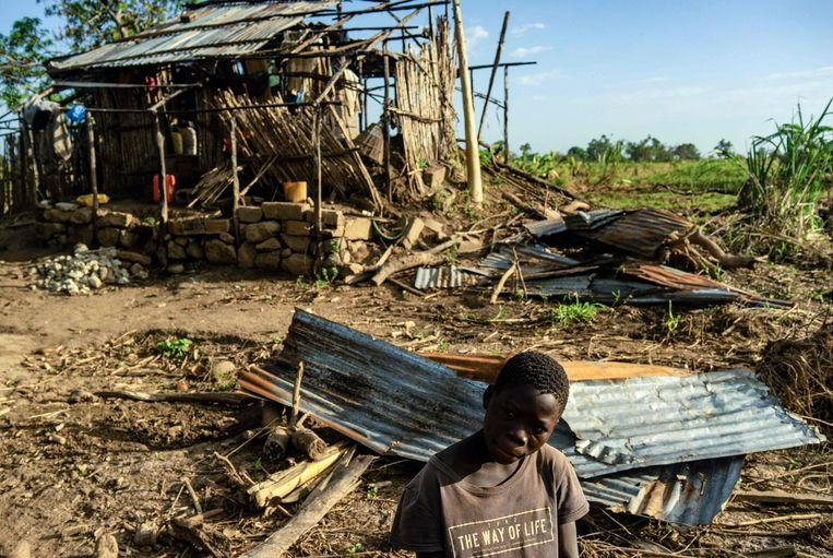 Fernando Antonio, 15-jaar zit voor zijn ingestorte huis in zijn dorpje Mananga-Batista, in het zwaar getroffen Buzi District in Mozambique. Beeld AFP