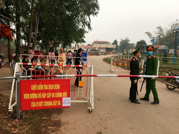 Politieagenten aan een controlepost aan de rand van Son Loi.