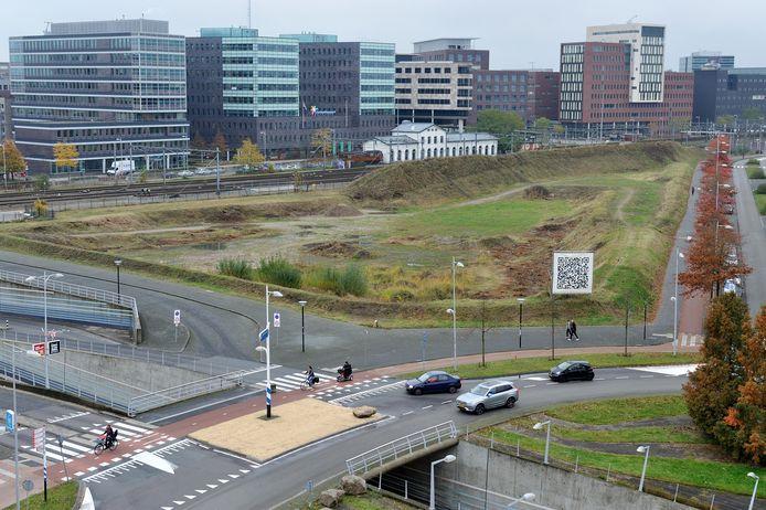 Het Trapeziumterrein tussen rotonde en spoor lag jaren braak, maar sinds twee maanden ligt er een plan om er 500 woningen op te bouwen. Verder is het nog in beeld als locatie voor een nieuw stadhuis.