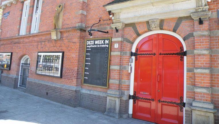 Het letterlijk open zetten van de 'oude en zware' deuren (hier overduidelijk nog dicht) moet symbool gaan staan voor een diverser publiek dat het theater wil aantrekken. Beeld Krakeling