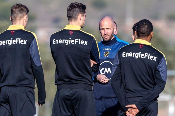 Van der Gaag spreekt zijn verdedigers toe.