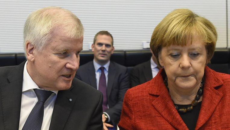 De Duitse bondskanselier Angela Merkel en CSU-leider Horst Seehofer aan het begin van de vergadering. Beeld afp