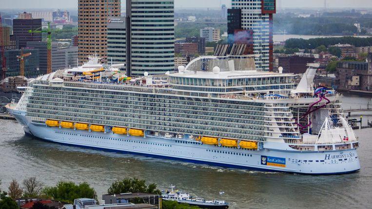 Het allergrootste cruiseschip ter wereld, Harmony of the Seas, verlaat Rotterdam. Beeld anp