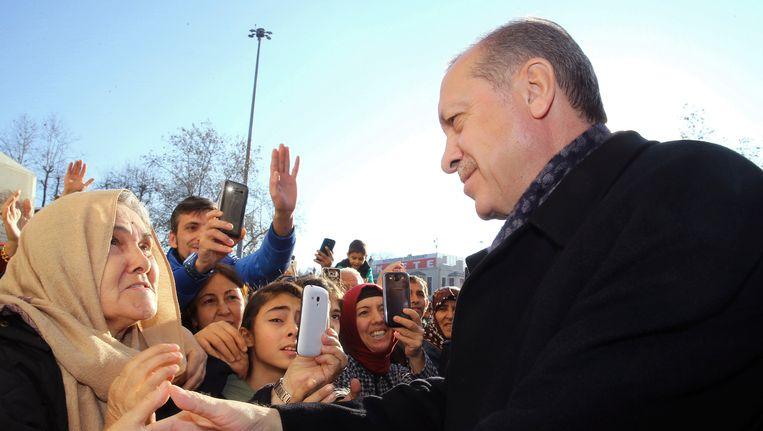 President Erdogan spreekt met aanhangers, gisteren in Istanbul. Beeld AP