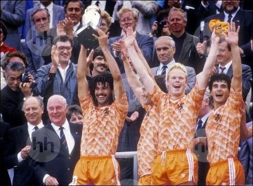 1988: Ruud Gullit houdt de beker boven zijn hoofd, rechts: Ronald Koeman en Gerald Vanenburg.