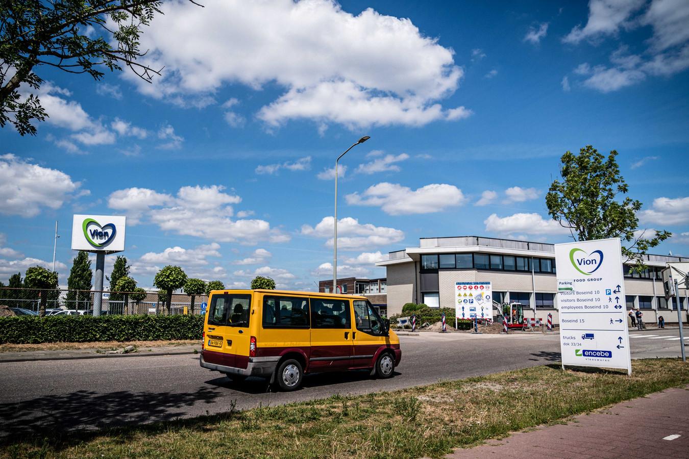 2020-05-27 16:33:23 BOXTEL - Een auto verlaat het terrein van vleesverwerker Vion in Boxtel. Een slachthuis van het bedrijf in Apeldoorn moet de deuren sluiten nadat de coronarichtlijnen niet nageleefd werden. ANP ROB ENKELAAR