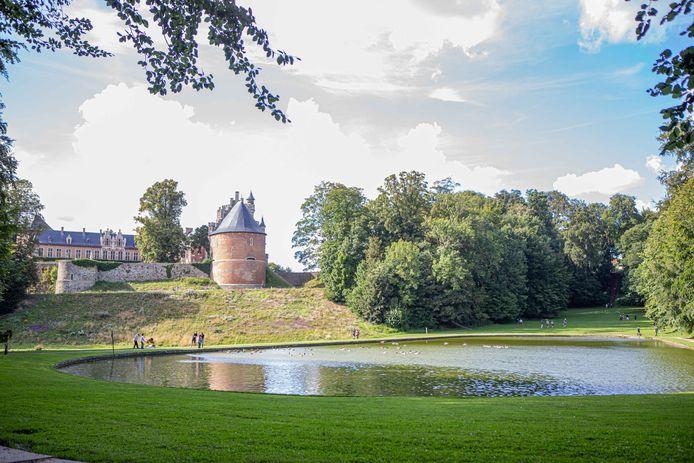 De vijvers met weide in de achtergrond zijn populair bij bezoekers om te genieten, te ravotten of te picknicken.
