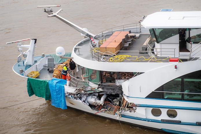 Goed te zien is de hap die het vrachtschip uit de romp van het passagiersschip Edelweiss heeft genomen.