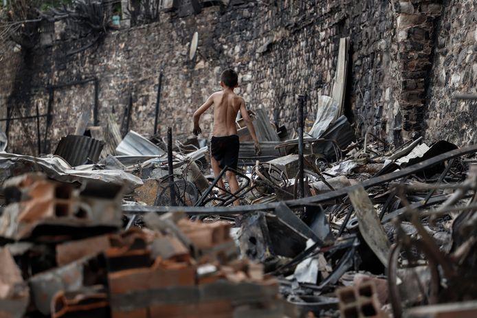 Door een grote brand in de Chacarita-wijk in de Paraguayaanse hoofdstad Asunción zijn de huizen van 96 gezinnen verwoest.