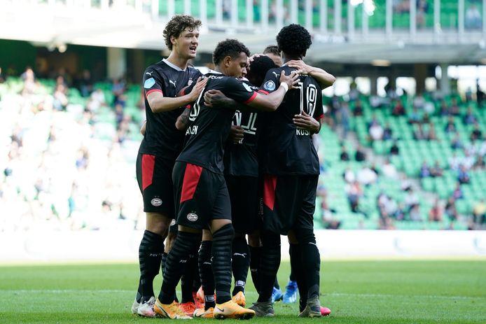 Sam Lammers viert met zijn ploeggenoten de 0-1 van PSV in Groningen.