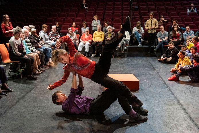 Een voorstelling in Podium Bloos in samenwerking met scholieren en ouderen.