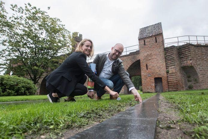 Anke Asselman en Mark Schuitemaker van Zutphen Promotie. Voor een klein bedrag kun je een stukje Zutphen kopen. Je bent dan, net als vroeger, Poorter van Zutphen.