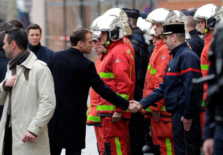 Macron tijdens zijn bezoek in Parijs na de rellen van gisteren.