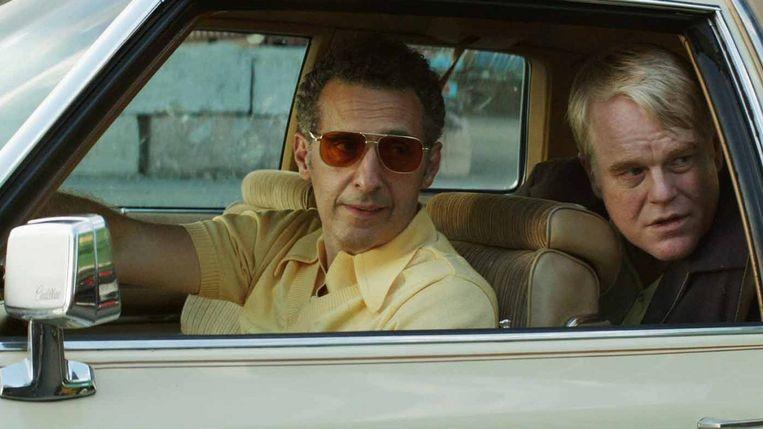 John Turturro en Philip Seymour Hoffman in 'God's Pocket'; vanavond te zien op SBS6. Beeld
