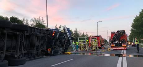 Vrachtwagen kantelt op A348 bij Velp, snelweg dicht