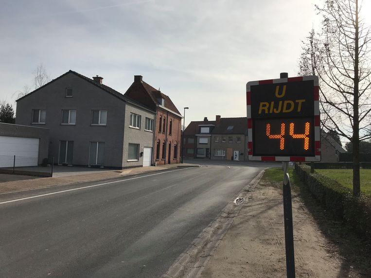 In de Guido Gezellestraat, voor de bocht met de Kasteelstraat, werd een snelheidsbord geplaatst. Op de achtergrond ligt het huis waar exact een maand geleden een wagen tegen reed.