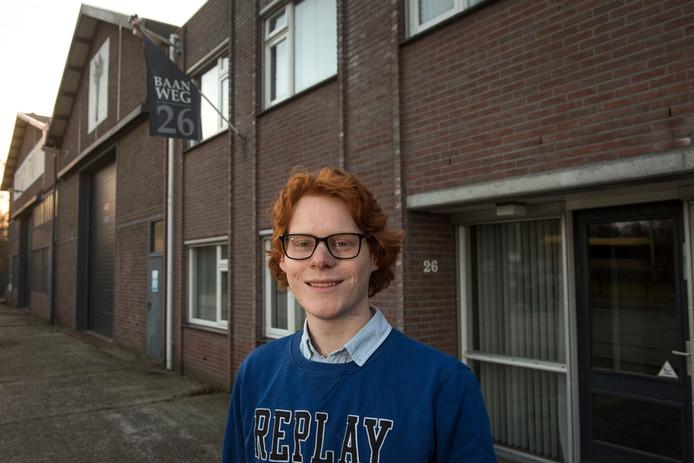 Maurits 't Jong (19) poseerde in februari voor het pand aan de Baanweg dat inmiddels is omgebouwd tot Squash Harderwijk.