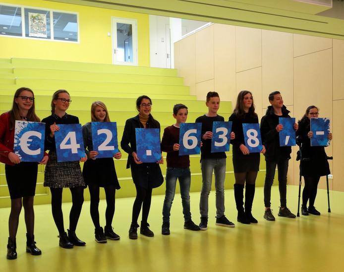 Leerlingen van Gomarus Scholengemeenschap in Zaltbommel tonen het ingezamelde bedrag.