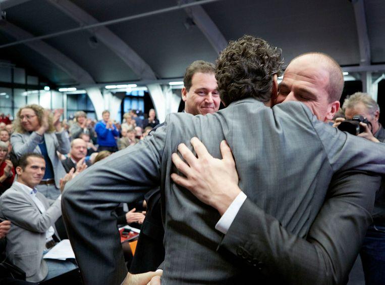 November 2012, tijdens de formatie van Rutte II: PvdA'er Samsom wordt tijdens een partijcongres omhelsd door partijgenoot Dijsselbloem. Beeld null