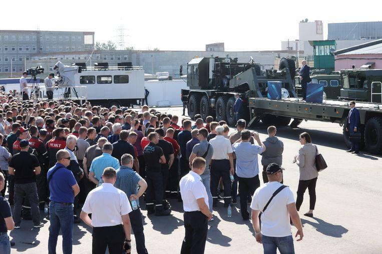Geen ovatie, maar gejoel als Aleksandr Loekasjenko deze week fabriekswerkers in Minsk toespreekt. Beeld Nikolai Petrov / EPA