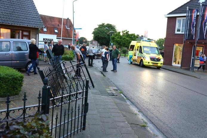De auto vloog uit de bocht en raakte onder meer een hek, een Ziggo-aansluiting, een fietser en een lantaarnpaal.